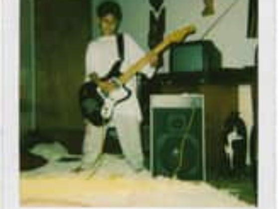 A imagem pode conter: 1 pessoa, violão