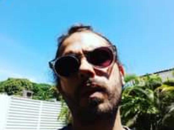 A imagem pode conter: uma ou mais pessoas, óculos de sol, atividades ao ar livre e close-up