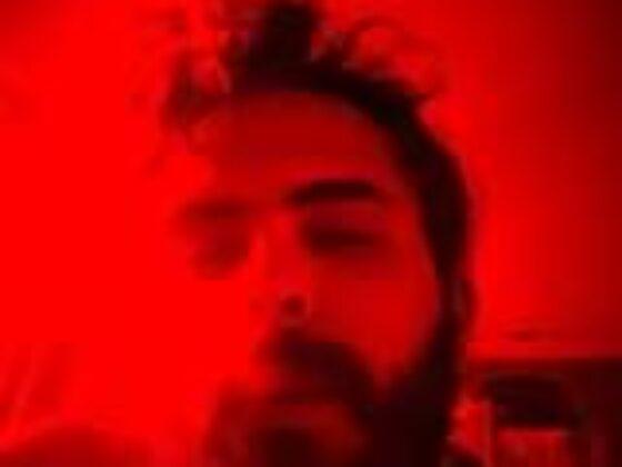 A imagem pode conter: 1 pessoa, barba e close-up